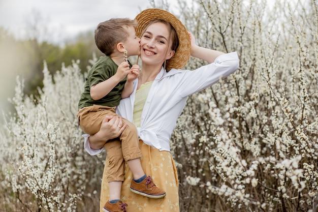 Szczęśliwa Matka I Syn, Wspólna Zabawa. Matka Delikatnie Przytula Syna. Premium Zdjęcia