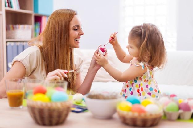 Szczęśliwa Matka Pomaga Dziecku Malować Na Pisanki Darmowe Zdjęcia