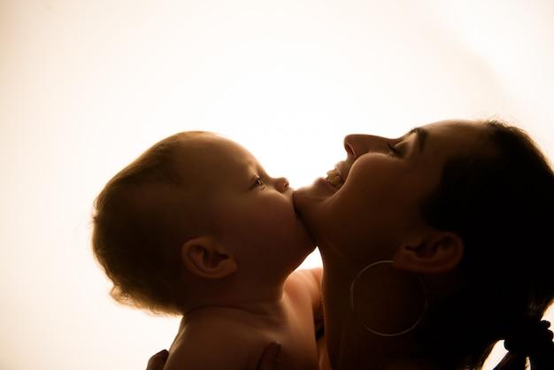 Szczęśliwa Matka Z Dzieckiem Ma Zabawę Wpólnie Premium Zdjęcia