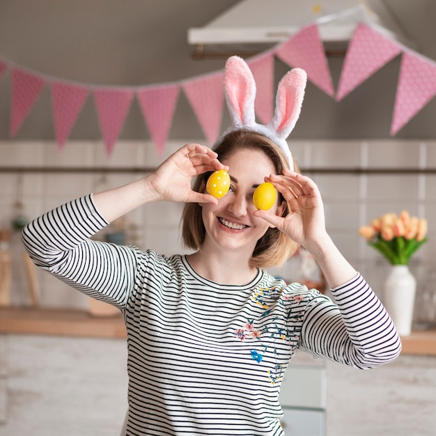 Szczęśliwa Matka Z Królików Ucho Trzyma Easter Jajka Darmowe Zdjęcia