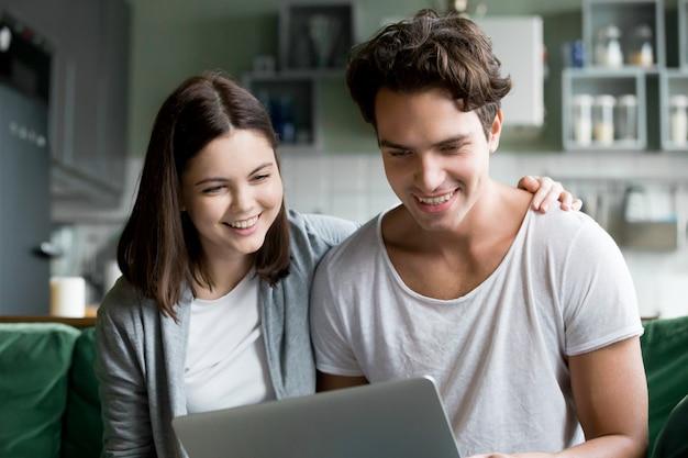 Szczęśliwa Millennial Para Ono Uśmiecha Się Patrzejący Laptopu Ekran Robi Videocall Darmowe Zdjęcia