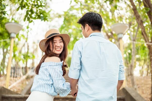 Szczęśliwa młoda azjatycka para w miłości ma dobry czas Premium Zdjęcia