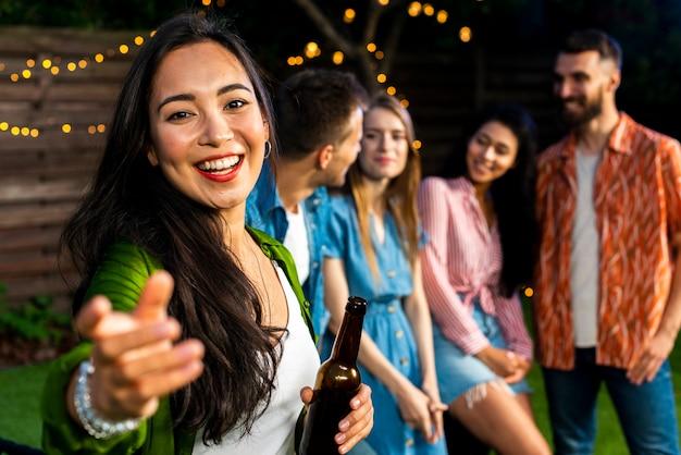 Szczęśliwa młoda dziewczyna z piwną patrzeje kamerą Darmowe Zdjęcia