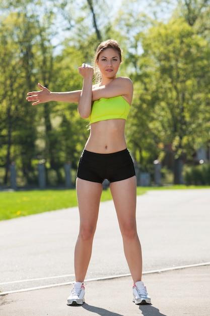 Szczęśliwa Młoda Kobieta ćwiczy Outdoors Darmowe Zdjęcia