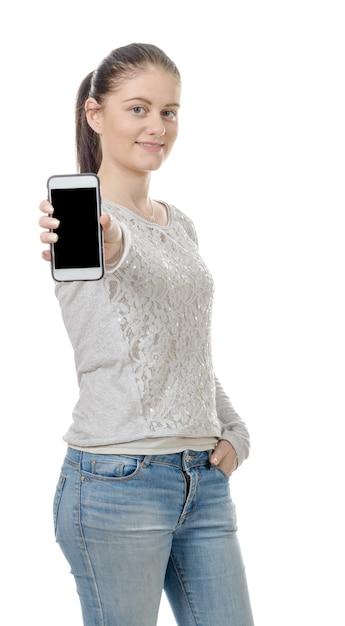 Szczęśliwa młoda kobieta pokazuje pustego smartphone ekran Premium Zdjęcia