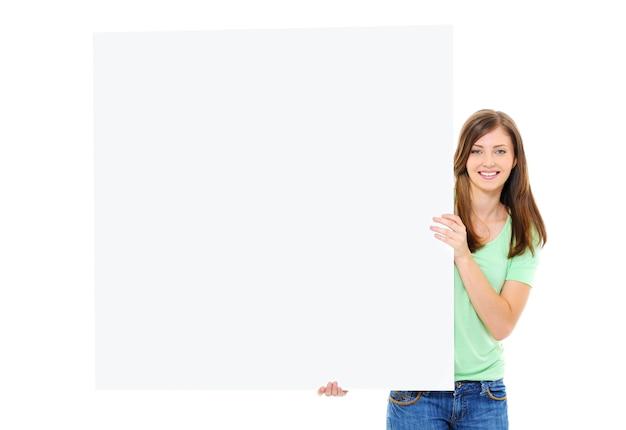 Szczęśliwa Młoda Kobieta Trzyma Duży Pusty Sztandar Darmowe Zdjęcia