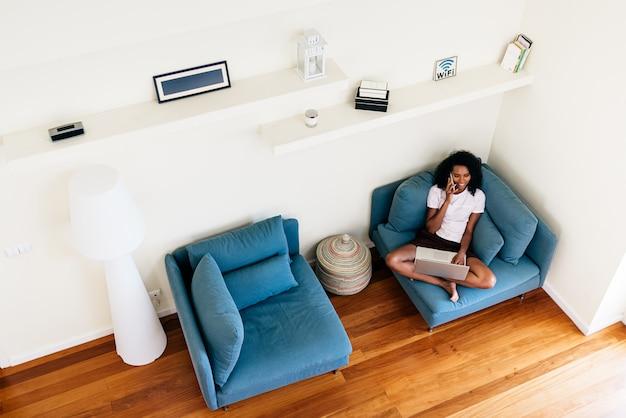 Szczęśliwa Młoda Kobieta Używa Przyrząda W Domu Premium Zdjęcia