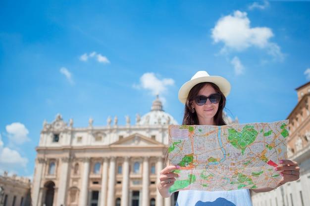 Szczęśliwa młoda kobieta z mapa miasta Premium Zdjęcia