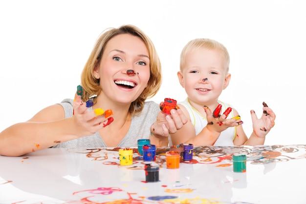 Szczęśliwa Młoda Matka I Dziecko Z Malowanymi Rękami Na Białym Tle. Darmowe Zdjęcia