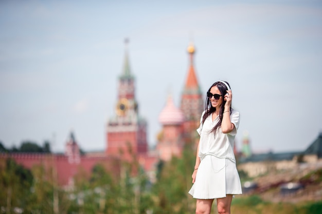 Szczęśliwa młoda miastowa kobieta cieszy się jego przerwę w mieście Premium Zdjęcia