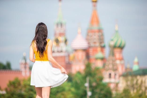 Szczęśliwa młoda miastowa kobieta w europejskim mieście. Premium Zdjęcia