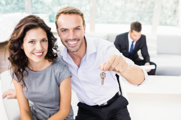Szczęśliwa młoda para pokazuje klucze do ich nowego domu Premium Zdjęcia