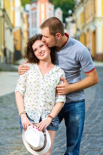Szczęśliwa Młoda Para Zakochanych Pozuje W Mieście Premium Zdjęcia