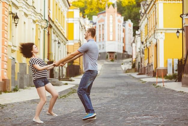 Szczęśliwa Młoda Para Zakochanych Przytulanie W Mieście Premium Zdjęcia