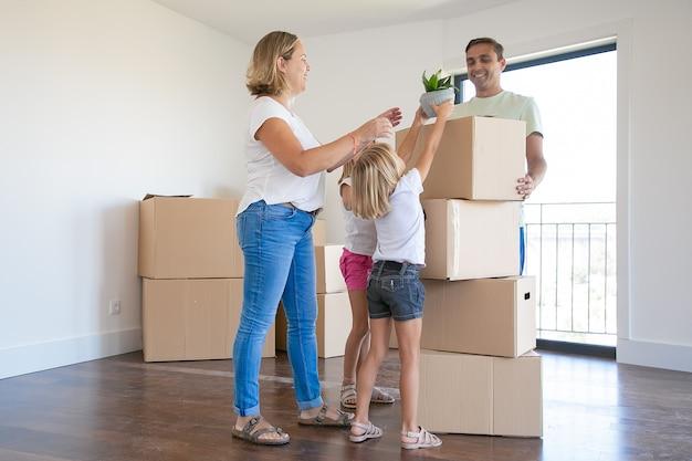 Szczęśliwa Młoda Rodzina Z Ruchomymi Pudełkami W Ich Nowym Domu Darmowe Zdjęcia