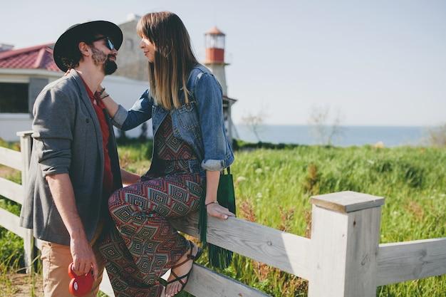 Szczęśliwa Młoda Stylowa Hipster Para Zakochanych, Spacery Na Wsi, Moda Boho Styl Lato Darmowe Zdjęcia