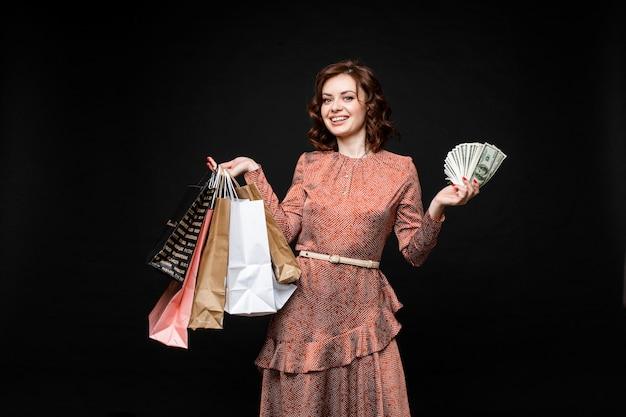 Szczęśliwa Pani Z Torby Na Zakupy I Pieniądze W Ręce. Darmowe Zdjęcia