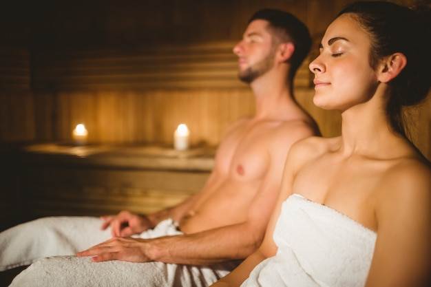 Szczęśliwa Para Cieszy Się Sauna Wpólnie Premium Zdjęcia