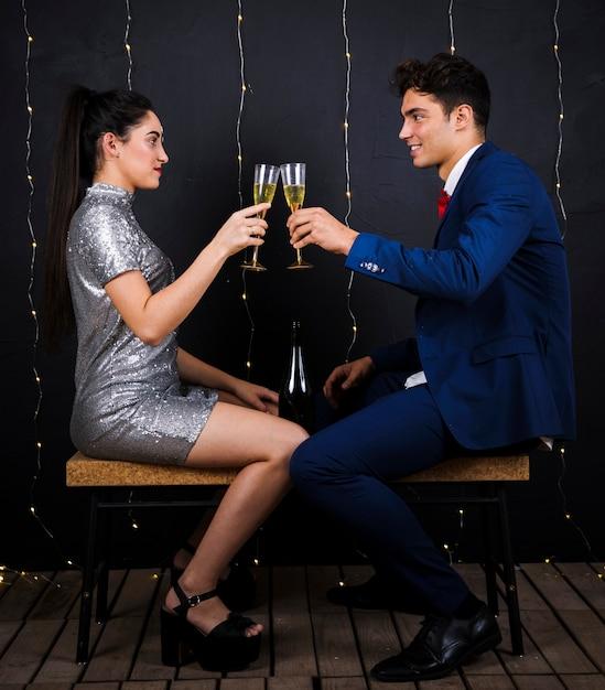 Szczęśliwa para clanging szklanki szampana Darmowe Zdjęcia