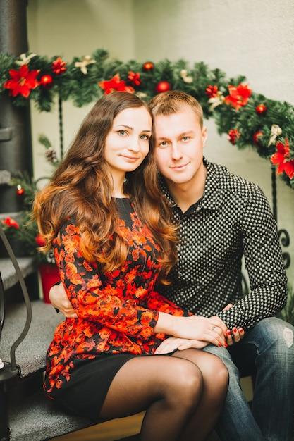 Szczęśliwa Para Dziewczyna I Facet Trzymając Się Za Ręce, Siedząc Na Schodach Premium Zdjęcia