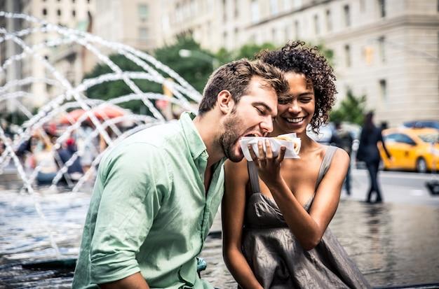 Szczęśliwa Para Je Hot Dog I Ma Zabawę W Nowym Jorku Premium Zdjęcia