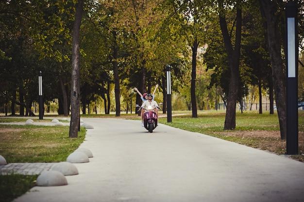 Szczęśliwa Para Jedzie Na Skuterze Premium Zdjęcia