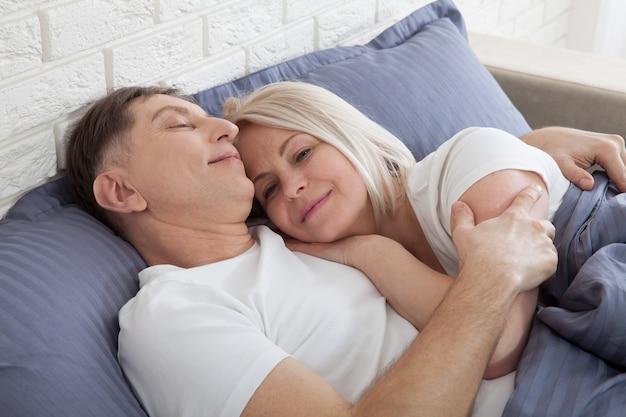 Szczęśliwa Para Leży Razem W łóżku. Radość Z Towarzystwa. Premium Zdjęcia