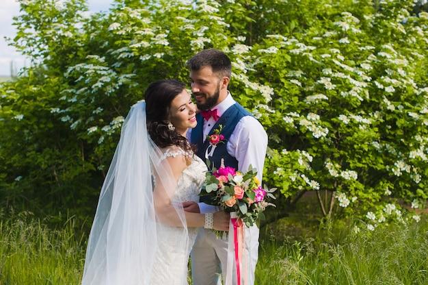 Szczęśliwa Para Małżeńska Całowanie W Zielonym Ogrodzie Premium Zdjęcia