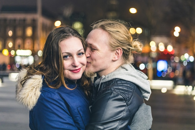 Szczęśliwa Para, Mężczyzna Całuje Swoją Dziewczynę Premium Zdjęcia