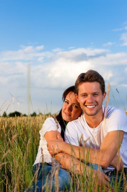 Szczęśliwa para na lato łące Premium Zdjęcia