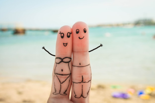 Szczęśliwa Para Odpocząć Na Plaży W Strojach Kąpielowych Premium Zdjęcia