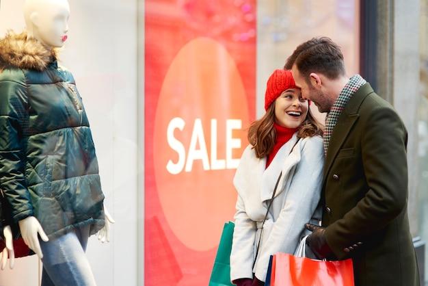 Szczęśliwa Para Podczas Zakupów Okien W Okresie Zimowym Darmowe Zdjęcia