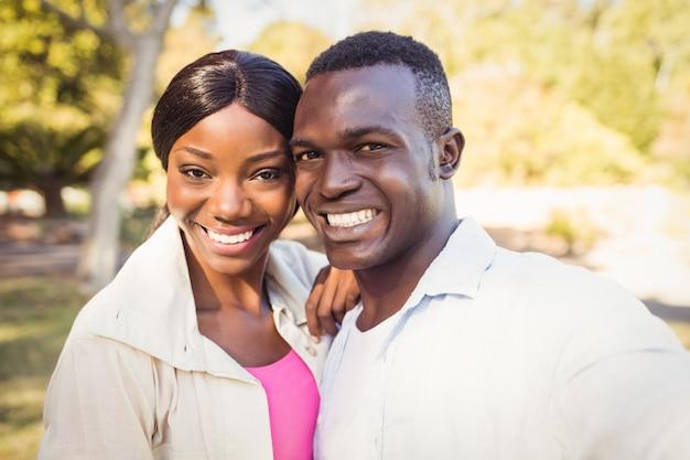 Szczęśliwa Para Pozowanie Razem Premium Zdjęcia