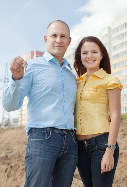 Szczęśliwa Para Przeciw Nowemu Cegła Domowi Darmowe Zdjęcia