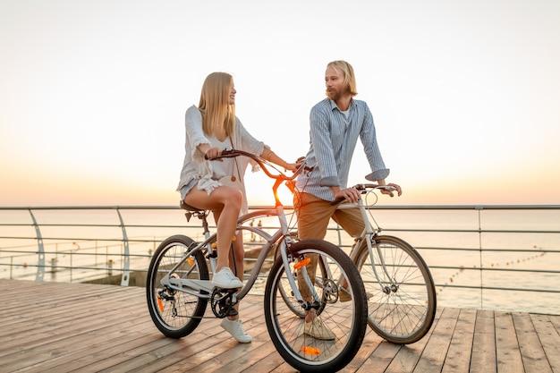 Szczęśliwa Para Przyjaciół Podróżujących Latem Na Rowerach Darmowe Zdjęcia