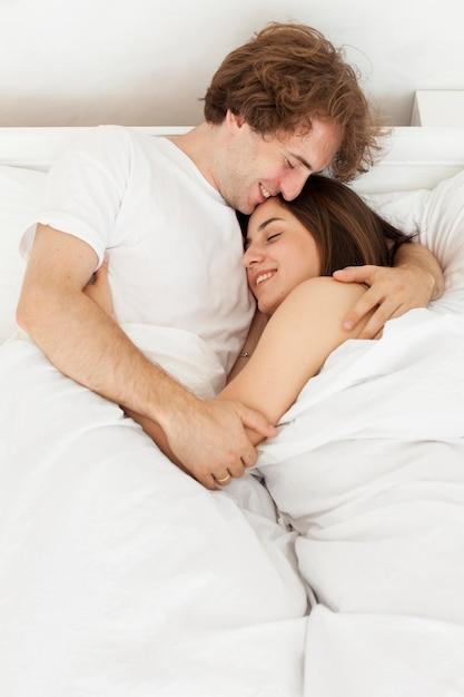 Szczęśliwa Para Przytulanie W łóżku średni Strzał Darmowe Zdjęcia