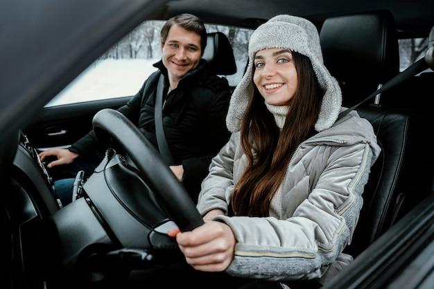 Szczęśliwa Para Razem Pozowanie W Samochodzie Podczas Podróży Darmowe Zdjęcia