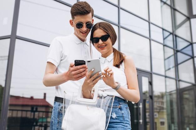 Szczęśliwa Para Razem W Mieście Za Pomocą Telefonu Darmowe Zdjęcia