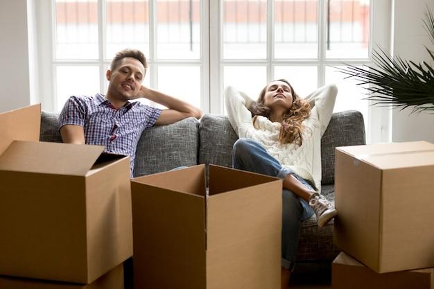 Szczęśliwa para relaksuje na leżance po ruszać się w nowym domu Darmowe Zdjęcia