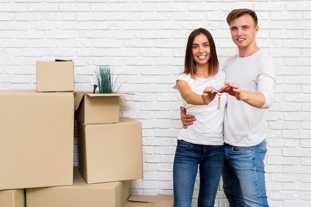 Szczęśliwa para trzymając klucze do domu Darmowe Zdjęcia