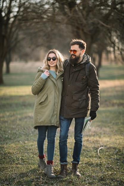 Szczęśliwa Para Trzymając Się Nawzajem Darmowe Zdjęcia