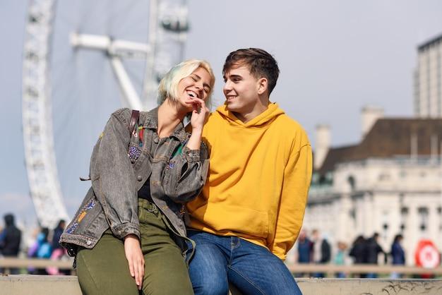 Szczęśliwa para westminster bridge, river thames, londyn. uk. Premium Zdjęcia