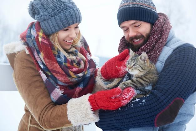 Szczęśliwa Para Z Kotem W Zimowy Dzień Darmowe Zdjęcia