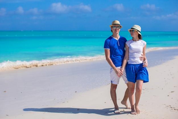 Szczęśliwa para zabawy podczas wakacji na karaibskiej plaży Premium Zdjęcia