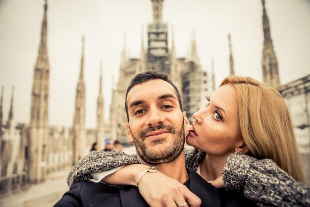 Szczęśliwa Para Zabawy Z Selfie Na Szczycie Katedry Premium Zdjęcia