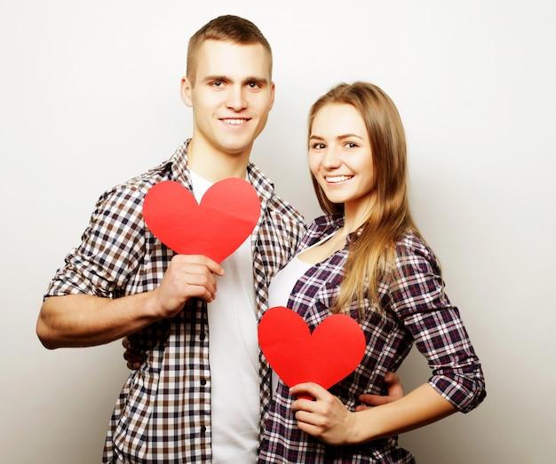 Szczęśliwa para zakochanych gospodarstwa czerwone serce. Premium Zdjęcia