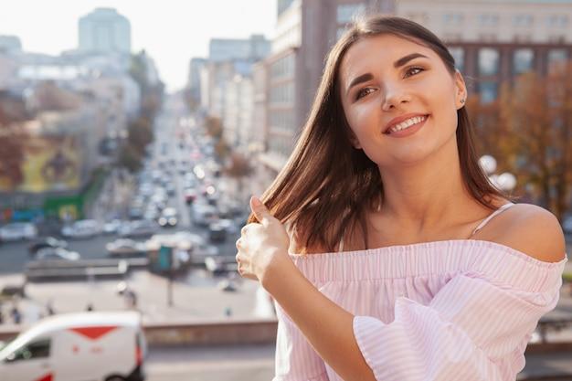 Szczęśliwa piękna kobieta na ulicach miasta Premium Zdjęcia