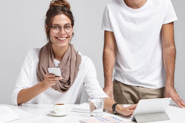 Szczęśliwa Piękna Kobieta Używa Smartfona I Tabletu, Będąc Zawsze W Kontakcie Darmowe Zdjęcia