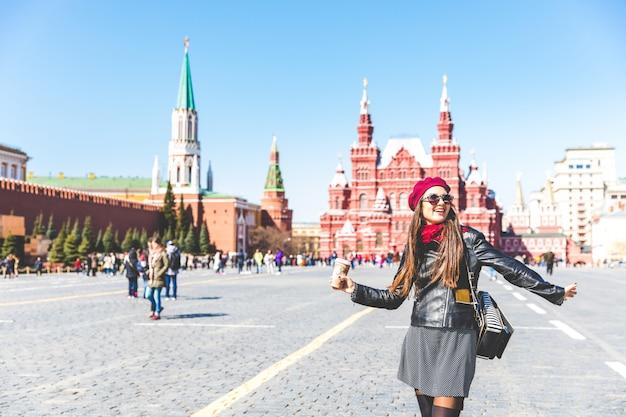 Szczęśliwa piękna kobieta w moskwa placu czerwonym Premium Zdjęcia
