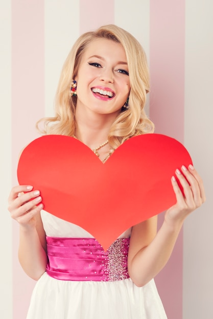 Szczęśliwa Piękna Kobieta Z Wielkim Czerwonym Sercem Darmowe Zdjęcia